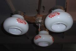 b1b43435736 Müüa kolme valge kupliga lühter. Kuplitel lilledekoor. Asub Aruvallas.